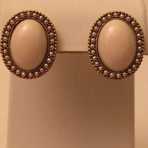 Pierced Earrings Classic Faux Pearl Off White A2.8